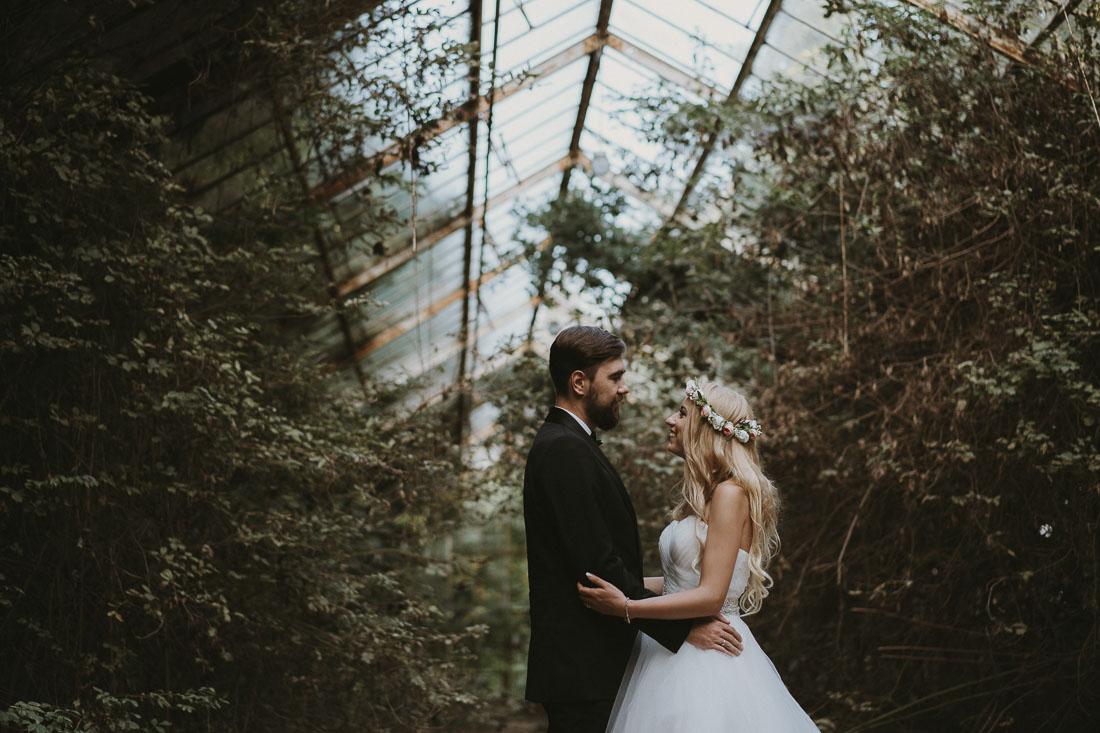 ślub w opuszczonej szklarni